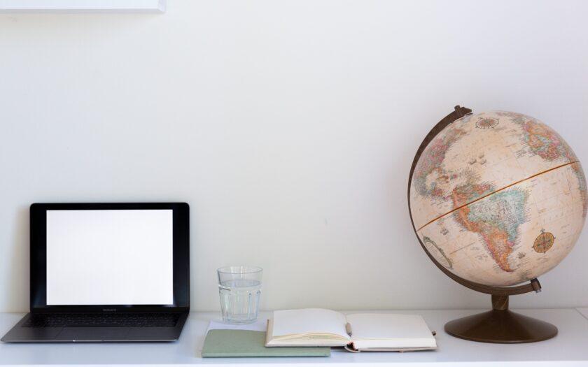 Computer, Notizbuch und Globus - Foto von Tatiana Syrikova